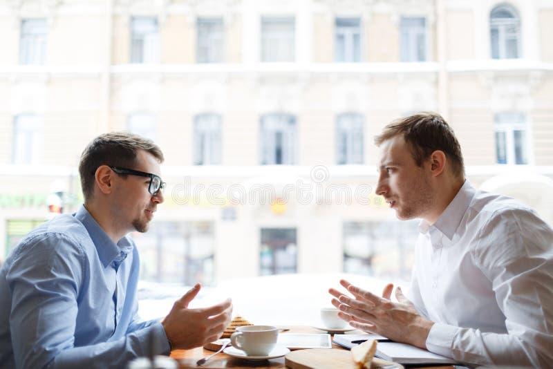 Gespräch von Mitarbeitern stockfoto