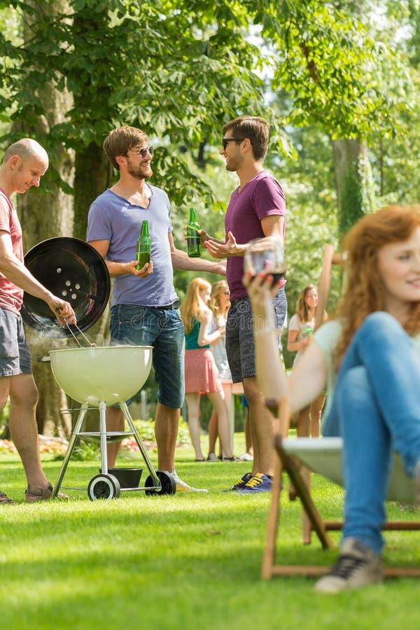 Gesprek door de barbecue royalty-vrije stock afbeelding