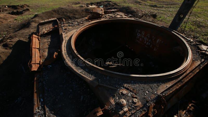 Gesprengter Behälter im Krieg gleiskettenfahrzeug kabel stockbild