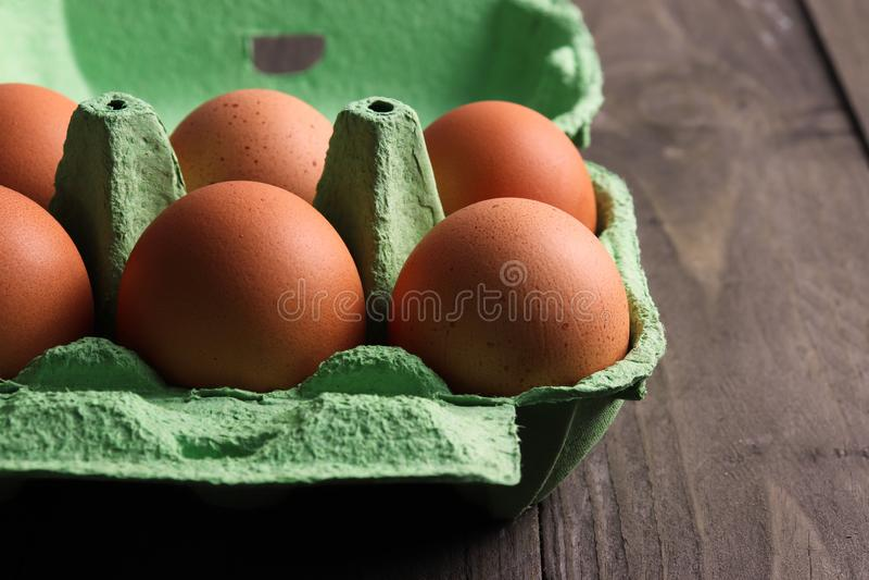 Gesprenkelte Bio-Eier im Recyclingpapierkasten stockfotos