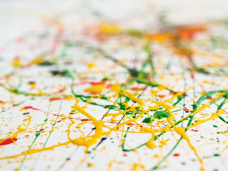 Gespritzt von verschütteter roter schwarzer Farbe des Gelbgrüns expressionismus lizenzfreies stockbild
