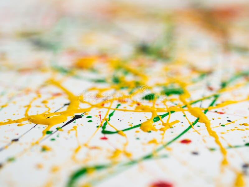 Gespritzt von verschütteter roter schwarzer Farbe des Gelbgrüns expressionismus stockbild