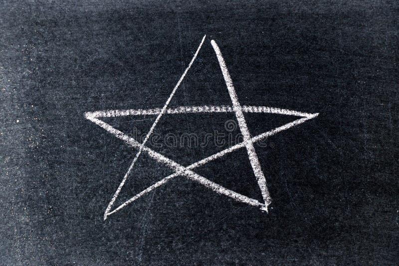 Gesso bianco che assorbe forma della stella sul bordo nero fotografie stock libere da diritti