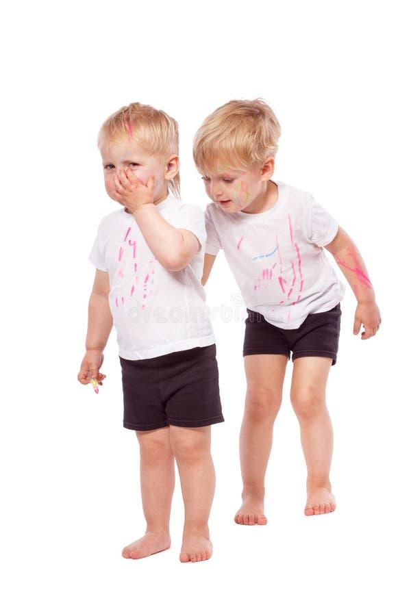 Gesso colorato tiraggio dei bambini su a vicenda fotografia stock