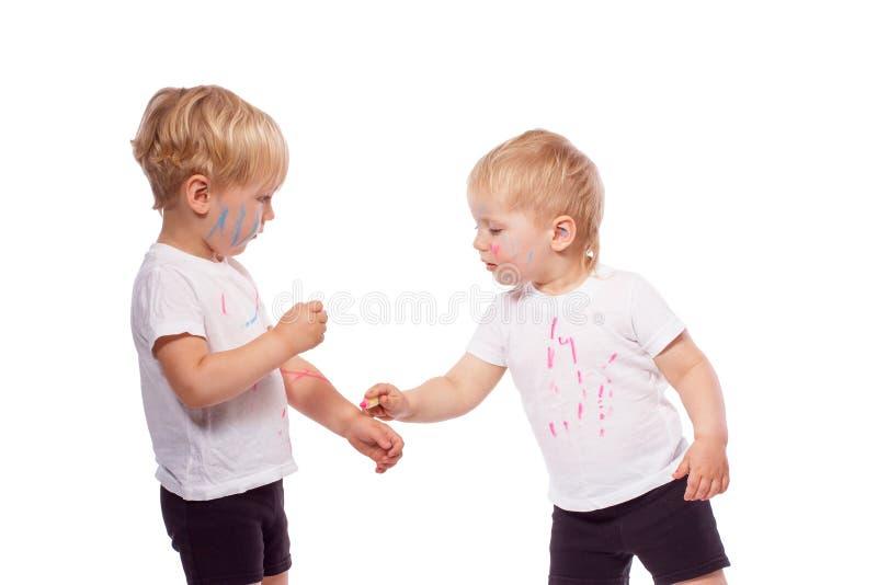 Gesso colorato tiraggio dei bambini su a vicenda immagine stock libera da diritti
