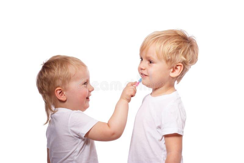 Gesso colorato tiraggio dei bambini su a vicenda immagine stock
