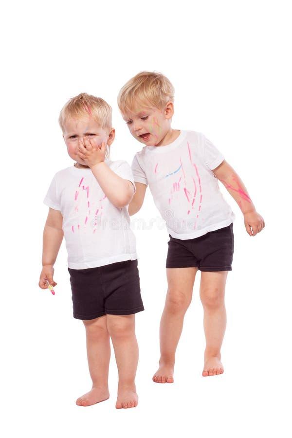 Gesso colorato tiraggio dei bambini su a vicenda fotografie stock
