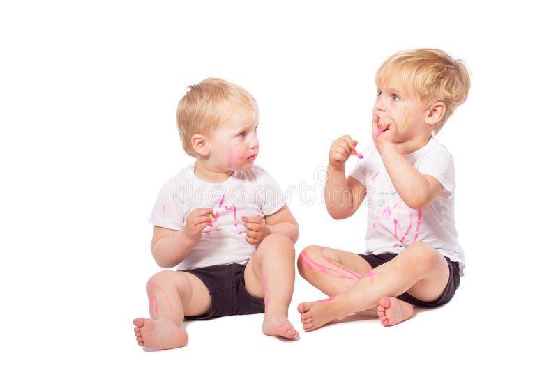Gesso colorato tiraggio dei bambini su a vicenda immagini stock libere da diritti
