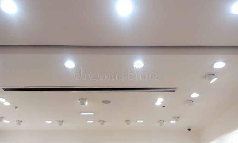 Gesso decorativo con soffitto falso e rivestimenti dipinti con vernice per emulsione e dispositivi di illuminazione per negozi al fotografia stock libera da diritti