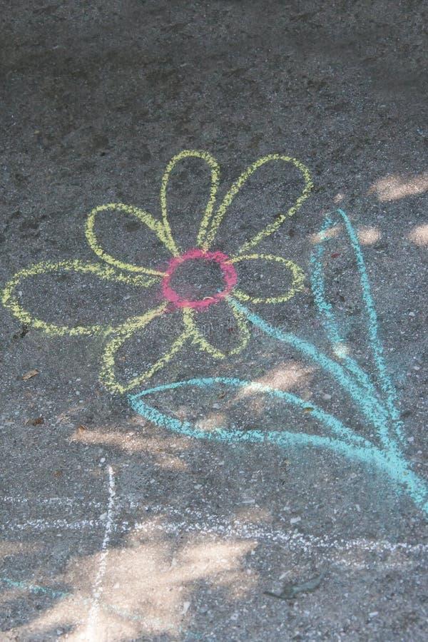 Gesso di disegno del ` s dei bambini su asfalto fotografia stock