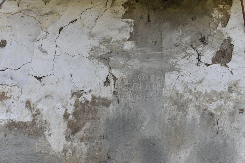 Gesso scuro graffiato, fondo nero, bianco, rosso dei punti Vecchia parete con struttura grigia dello stucco Retro carta da parati fotografie stock libere da diritti