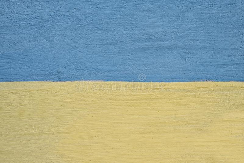 gesso strutturato sulla parete colore giallo e blu Primo piano fotografie stock
