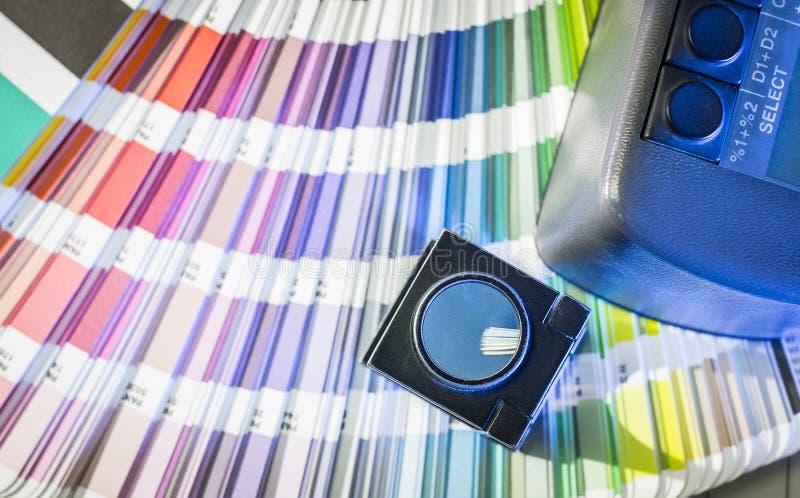 Gestão de cor no processo de impressão com amostras de folha e densitômetro da cor imagem de stock