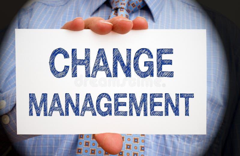 Gestão de mudanças - gerente que guarda o sinal com texto imagens de stock