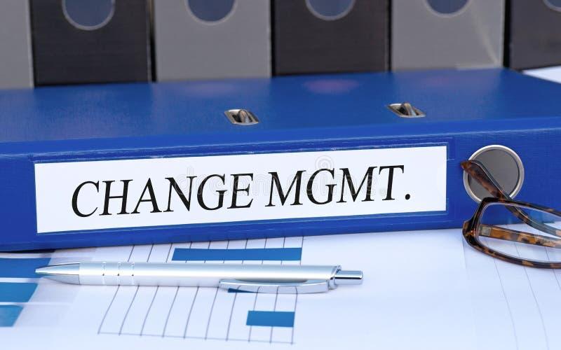 Gestão de mudanças, pasta azul com texto no escritório fotos de stock