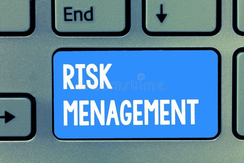 Gestão de riscos do texto da escrita da palavra Conceito do negócio para a avaliação de perigos ou de problemas financeiros com p foto de stock
