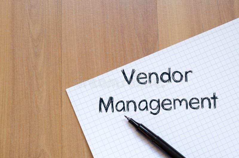 A gestão do vendedor escreve no caderno fotos de stock royalty free