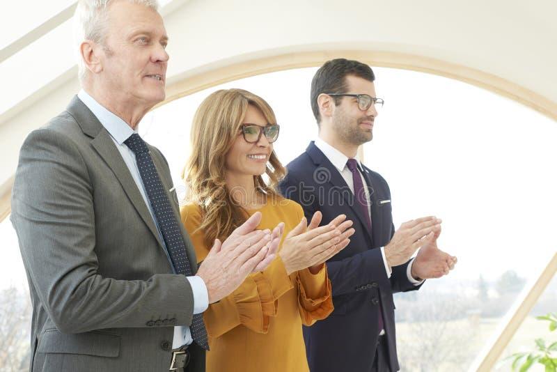Gestão empresarial que aplaude suas mãos foto de stock royalty free