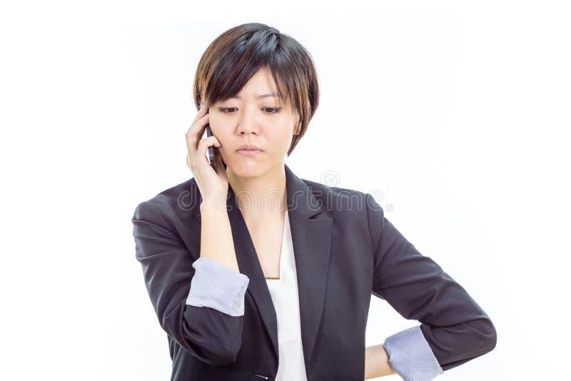 Gestörte asiatische Geschäftsfrau am Handy stockfoto