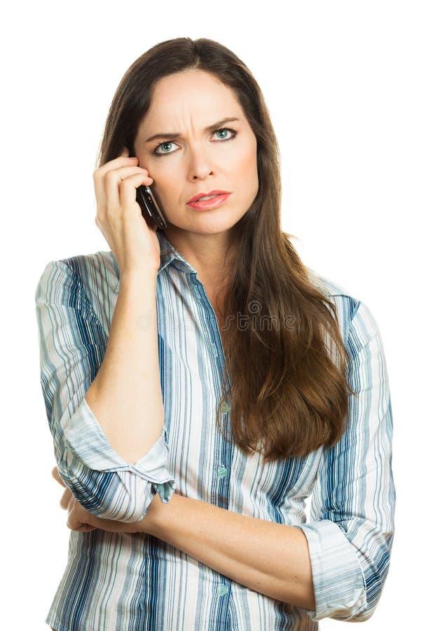 Gestörte Frau am Telefon stockfotografie
