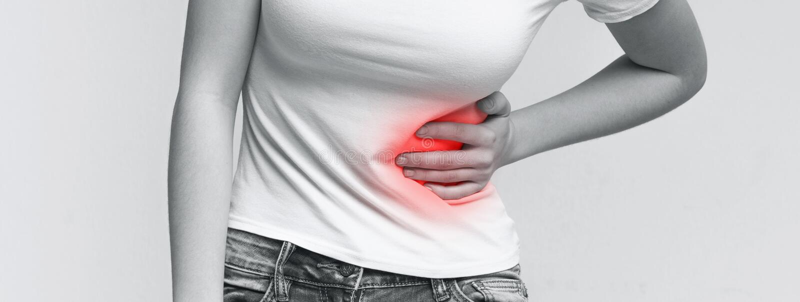 Gestörte Frau, welche die linke Seite, leiden unter starken Magenschmerzen berührt stockbilder