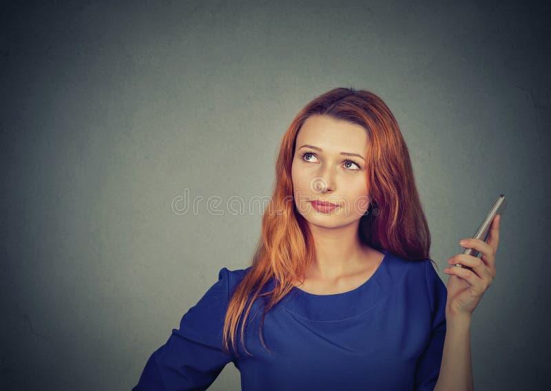 Gestörte und frustrierte junge Frau am Telefon stockbilder