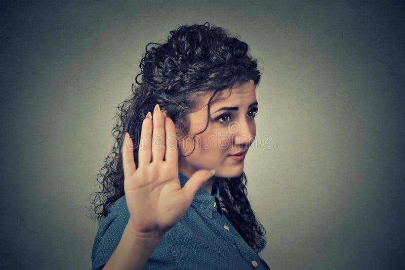 Gestörte verärgerte Frau mit der schlechten Haltung, die Gespräch zum Handzeichen gibt lizenzfreies stockbild