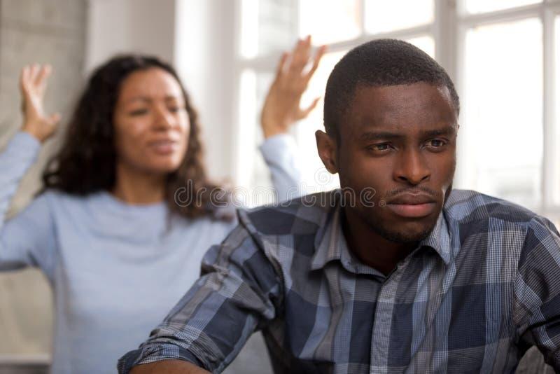 Gestörter afrikanischer Ehemann fühlt sich beim Liebesignorieren verärgert enttäuscht stockfotografie