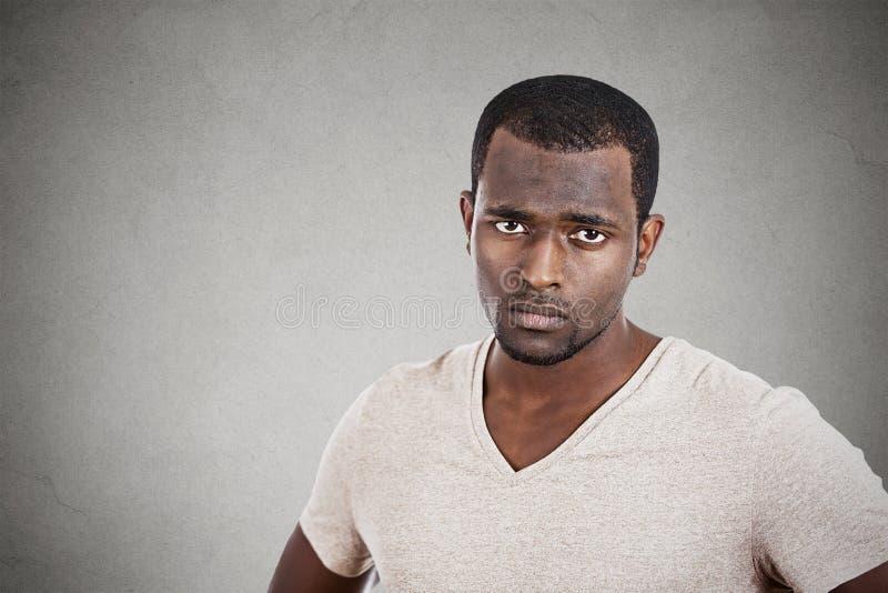 Gestörter unglücklicher junger Mann, der Sie Kamera betrachtet lizenzfreie stockbilder