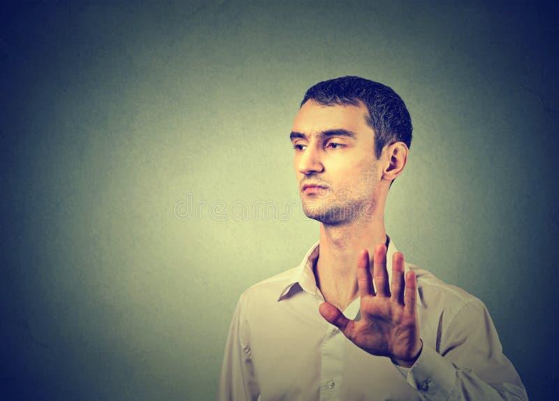 Gestörter verärgerter Mann mit der schlechten Haltung, die Gespräch zum Handzeichen gibt lizenzfreie stockbilder