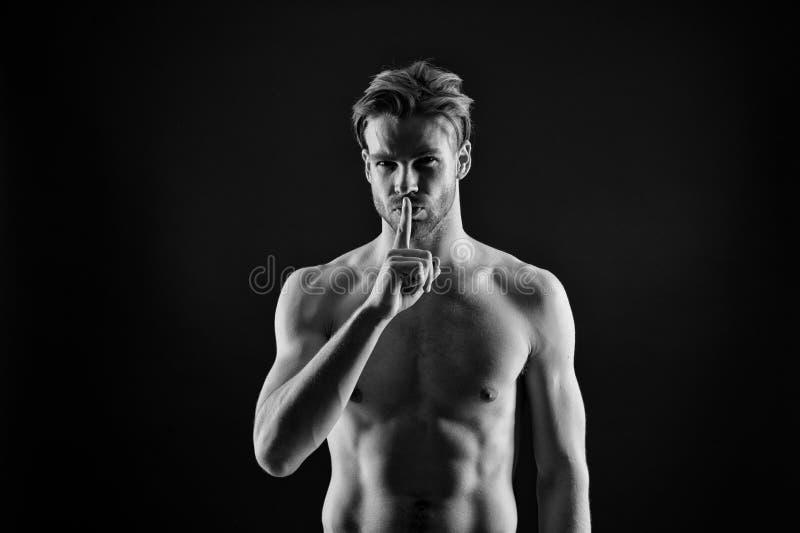 Gest för finger för idrottsmanshowtystnad Tystnad- och hemlighetbegrepp Skäggig man med den sexiga bröstkorgen och buken Kroppsby royaltyfria foton