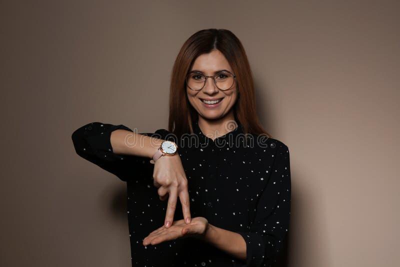 Gest för kvinnavisningSTÄLLNING i teckenspråk royaltyfri foto