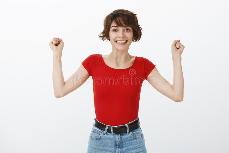 gesta dziewczyny hooray pozytywny zwyci?stwo Pomyślny śliczny europejski figlarnie kobieta skrótu ostrzyżenia dźwiganie wręcza po zdjęcie stock