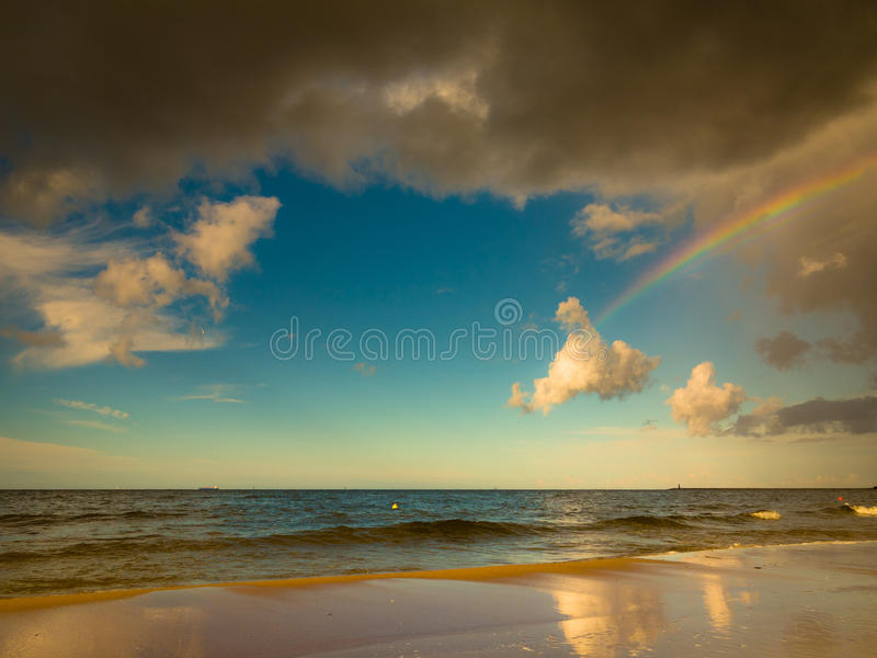 Gestalten Sie Ansicht über Himmel mit Regenbogen in Meer landschaftlich lizenzfreie stockbilder
