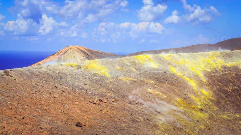 Gestalten Sie Ansicht des bunten Vulkankraters auf Vulcano-Insel, sic landschaftlich lizenzfreie stockfotos