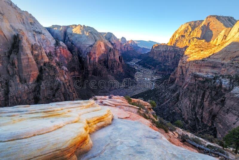 Gestalten Sie Ansicht des Gebirgstales in Nationalpark Zion, Utah landschaftlich stockfoto