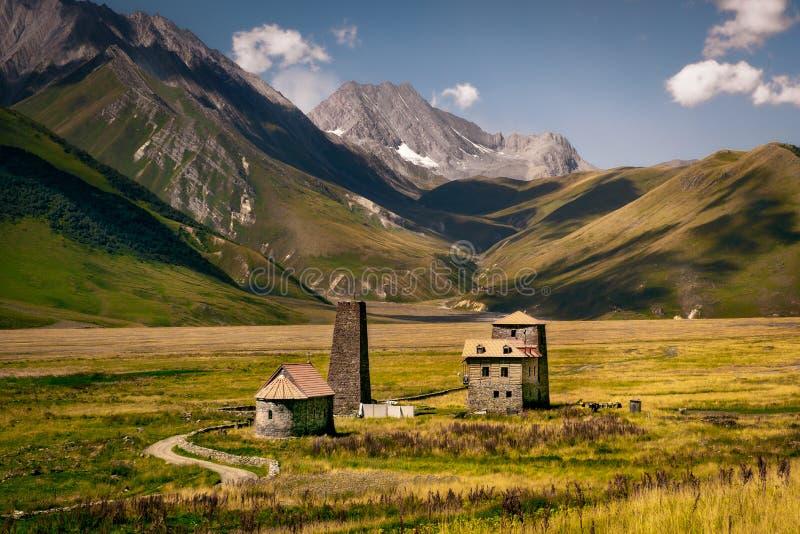 Gestalten Sie Ansicht des Kaukasus und der Steinhäuser landschaftlich und ragen Sie, Land von Georgia hoch lizenzfreies stockfoto
