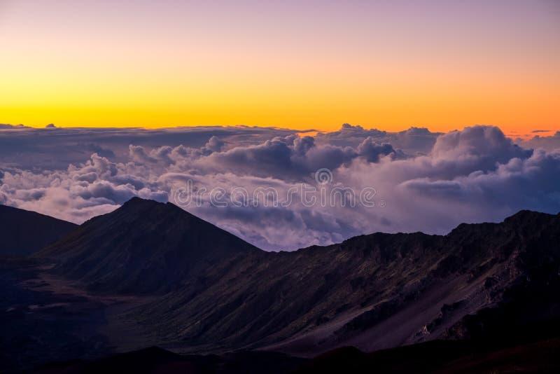Gestalten Sie Ansicht des Nationalparkkraters Haleakala bei Sonnenaufgang, Maui landschaftlich stockfoto