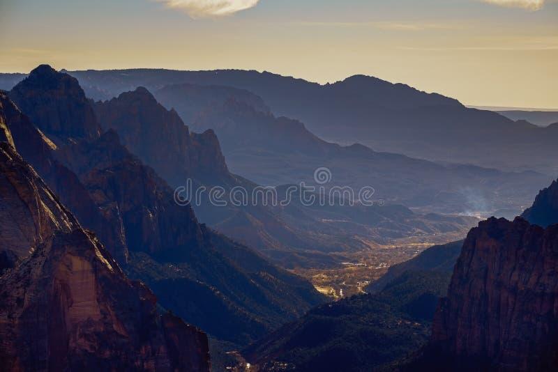 Gestalten Sie Ansicht des Nationalparktales Zion von der Beobachtungsstelle, Utah landschaftlich stockfotos