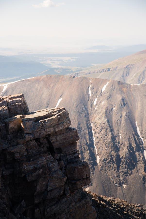 Gestalten Sie Ansicht einer Felsenklippe von der Spitze der Dilemma-Spitze in Colorado landschaftlich stockbilder