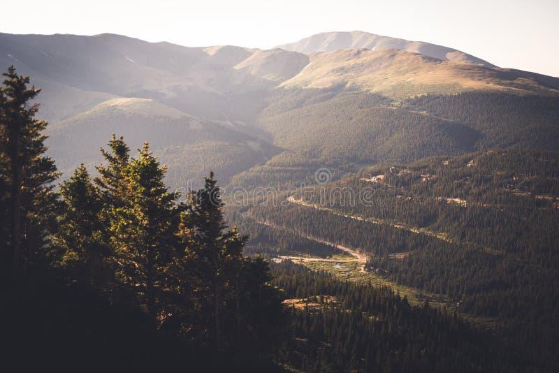 Gestalten Sie Ansicht einer roade Wicklung durch Berge morgens nahe Dilemma-Spitze landschaftlich lizenzfreie stockbilder