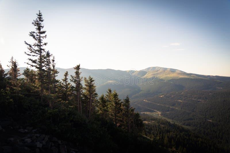 Gestalten Sie Ansicht einer roade Wicklung durch Berge morgens nahe Dilemma-Spitze landschaftlich lizenzfreies stockfoto