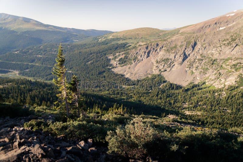 Gestalten Sie Ansicht einer roade Wicklung durch Berge morgens nahe Dilemma-Spitze landschaftlich stockbild
