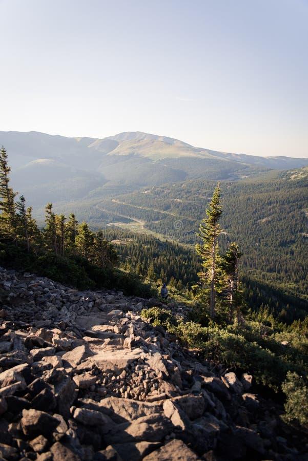Gestalten Sie Ansicht einer roade Wicklung durch Berge morgens nahe Dilemma-Spitze landschaftlich lizenzfreie stockfotografie