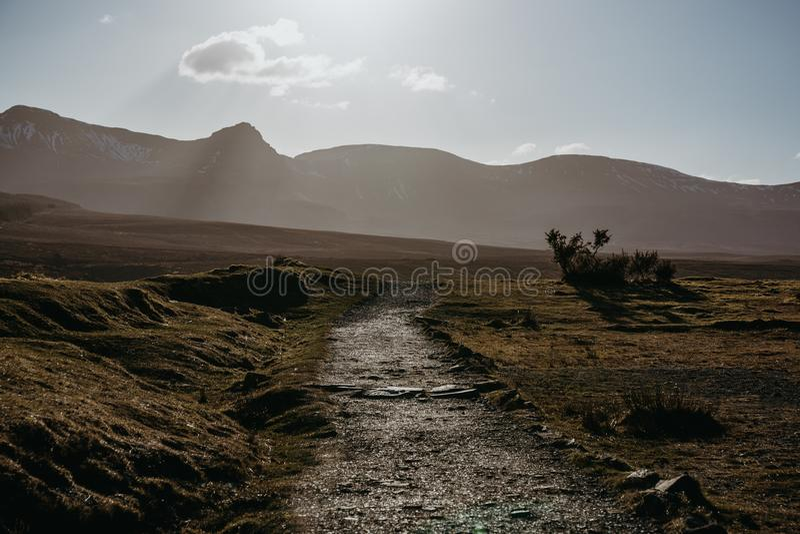 Gestalten Sie Ansicht eines Weges landschaftlich, der Insel von Skye, Schottland durchläuft lizenzfreie stockfotos