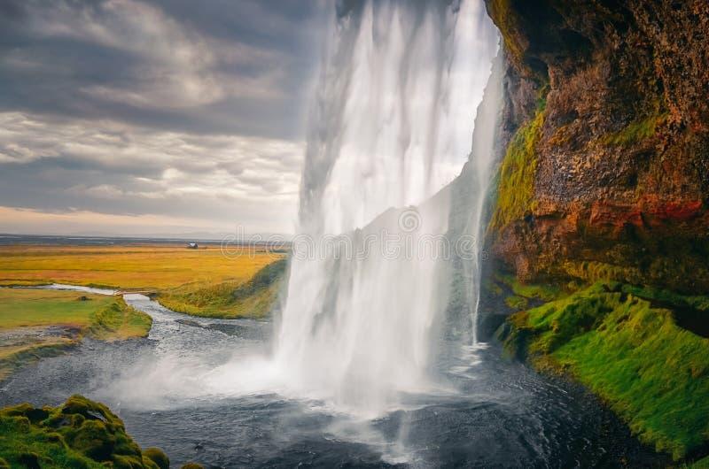 Gestalten Sie Ansicht schönen Seljalandsfoss-Wasserfalls in Island landschaftlich stockfotos