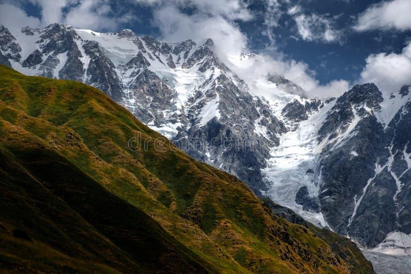 Gestalten Sie Ansicht von Bergen mit Wiesen und von Gletschern, Land von Georgia landschaftlich stockbilder