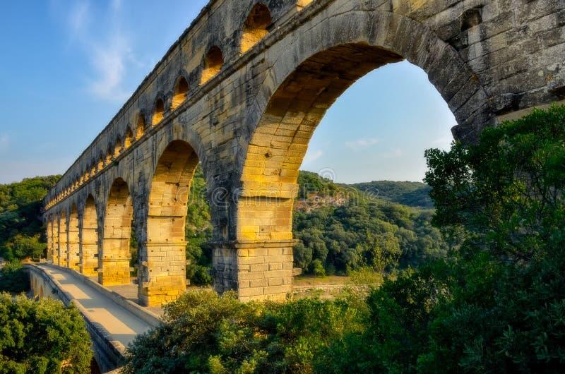 Gestalten Sie Ansicht von Brücke Pont DU Gard bei Sonnenuntergang, Frankreich landschaftlich stockbilder