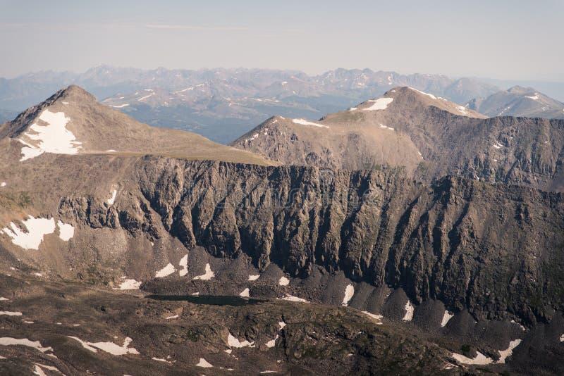 Gestalten Sie Ansicht von Gebirgsstrecken von der Spitze der Dilemma-Spitze in Colorado landschaftlich lizenzfreies stockfoto
