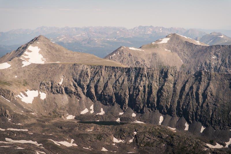 Gestalten Sie Ansicht von Gebirgsstrecken von der Spitze der Dilemma-Spitze in Colorado landschaftlich lizenzfreies stockbild